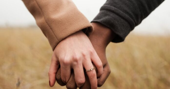 9 Signs Of Commitment Issues & How To Deal With Them